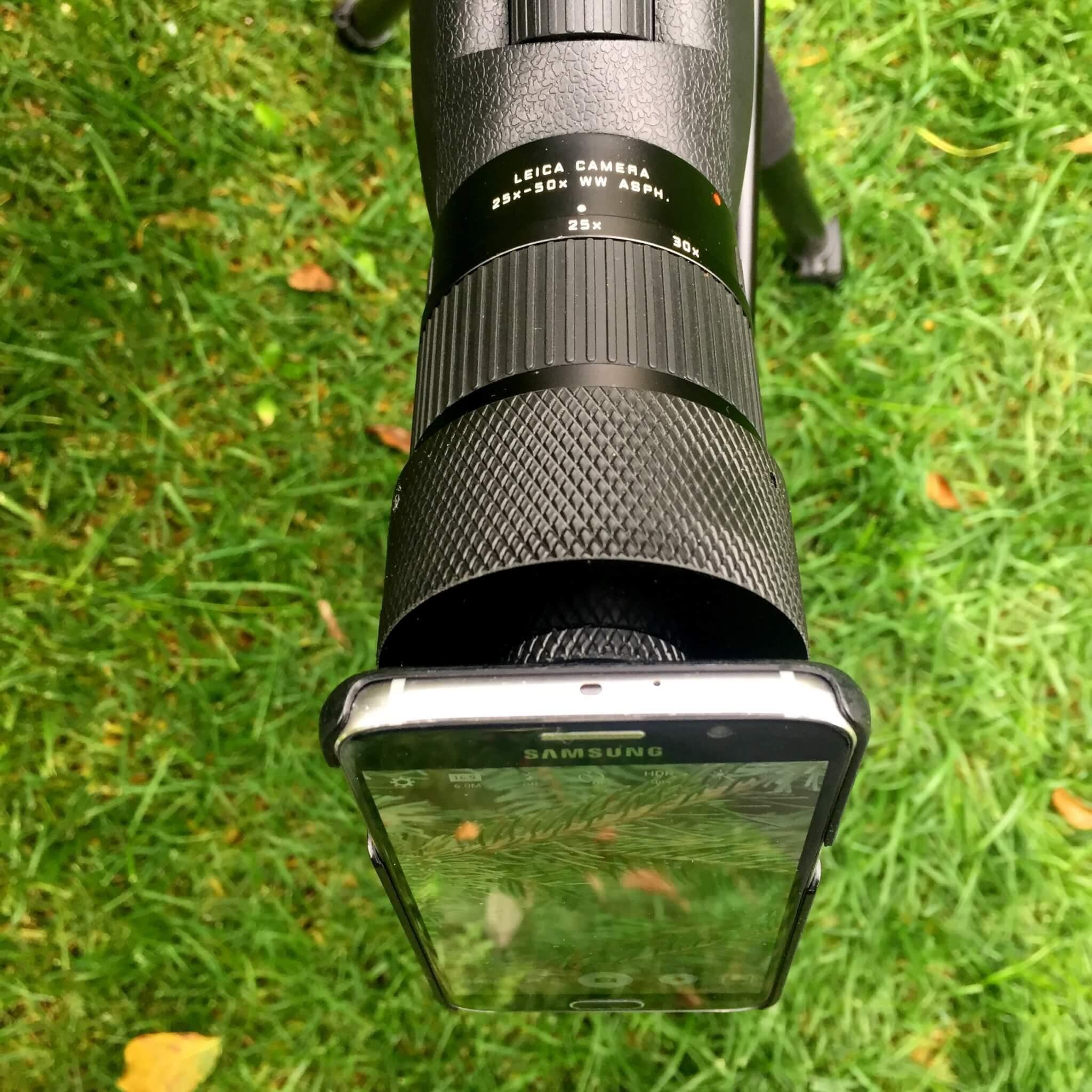 Un Samsung Galaxy S6 fissato all'Apo Televid 82 Leica