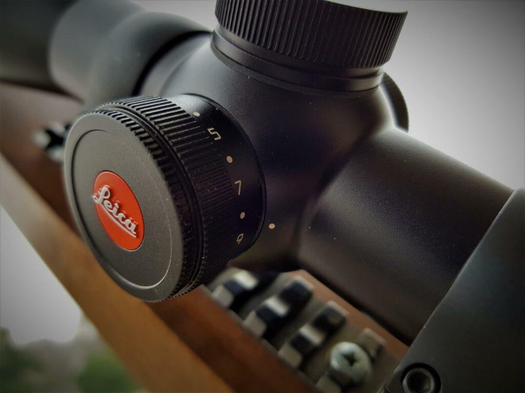 Il particolare del sistema di illuminazione del reticolo. Svitando il tappo con il logo Leica si trova l'alloggiamento della batteria.