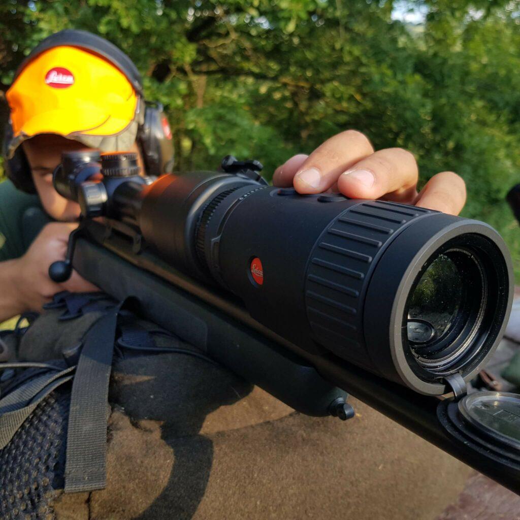 Il Visore termico per carabina clip on Leica Calonox Sight montato sul Magnus con l'adattatore Rusan. Le dita cadono naturalmente sui pulsanti di impostazione, che possono essere comunque sostituiti da quelli sullo schermo del proprio smartphone, usando la APP.