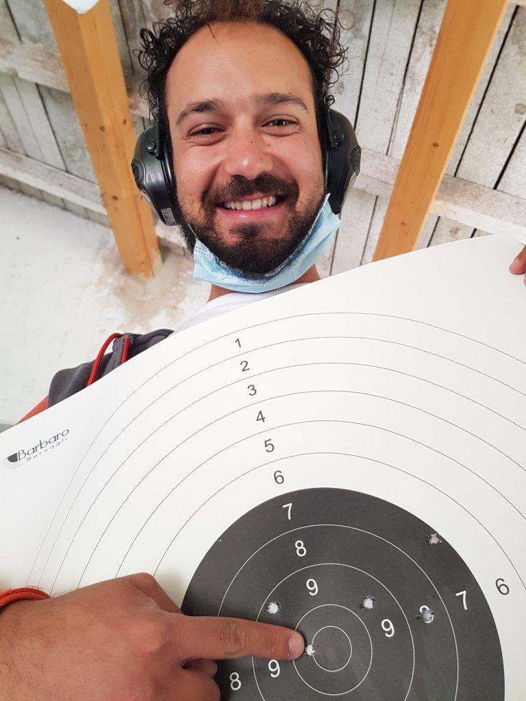 il cartello (non riscaldato!) dei 50 metri. il primo foro sopra il 7, ottenuto da Alessio Ragazzo sparando nell'angolo del cartello in basso a sinistra. Da qui tutto in discesa, fino al 10.