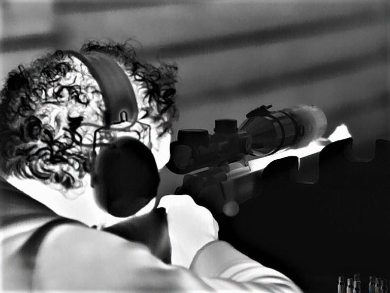 Alessio Ragazzo di Forest Italia ha appena sparato i colpi necessari a collimare il clip on termico Leica Calonox Sight. La canna è calda. Il Calonox View con questa foto documenta con dettaglio straordinario anche quello che è freddo, come il Magnus 2.4-16x56,  il Calonox Sight applicato all'obiettivo con adattatore Rusan e la Blaser. Foto by Leica Calonox View.