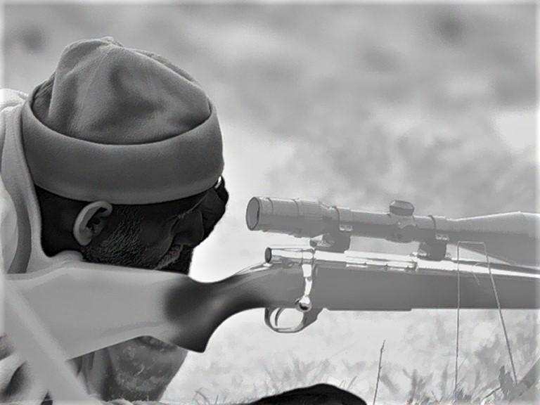 Riccardo fotografato con il Calonox mentre controlla che la sua ottica sia perfettamente a fuoco prima di iniziare a cacciare.