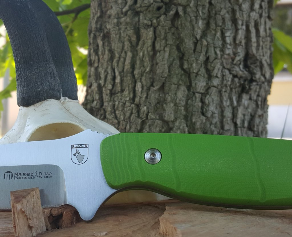Un dettaglio del rupicapra, che mostra la sicurezza per l'impugnatura e il manico con le linee che ricordano quelle di accrescimento delle corna del camoscio, da cui prende il nome il coltello.