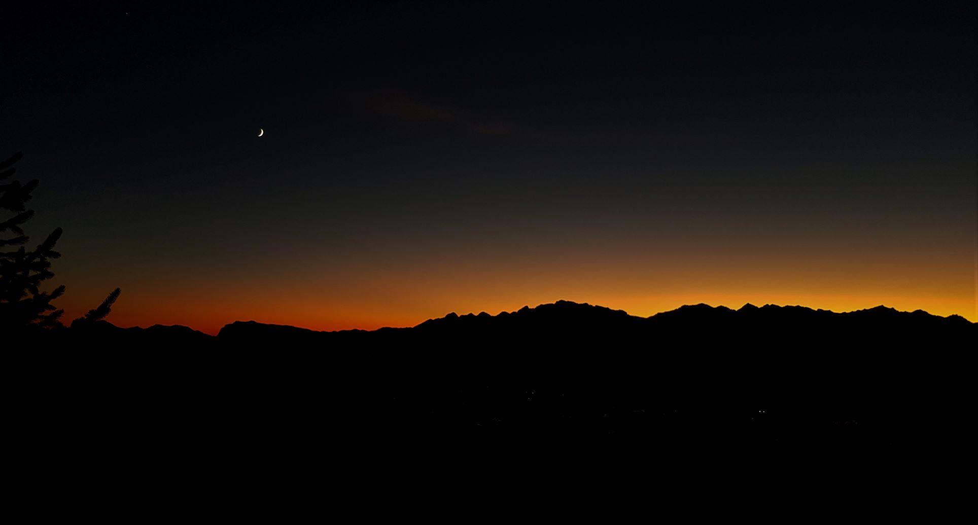 La luna saluta i cacciatori, è notte e la montagna adesso è solo dei suoi animali.
