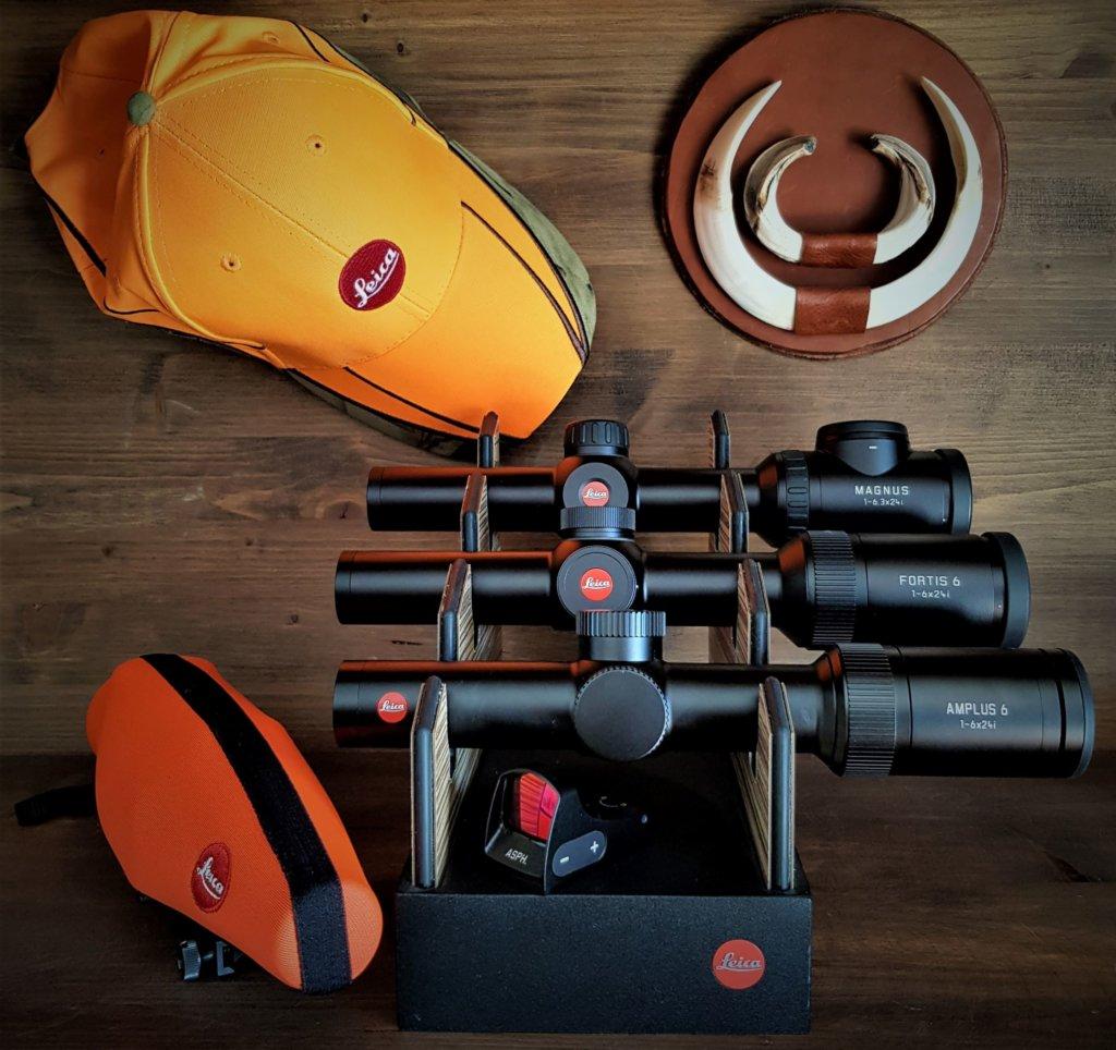 Amplus 6i 1-6x24 insieme ai suoi fratelli Leica specialisti della caccia in battuta.