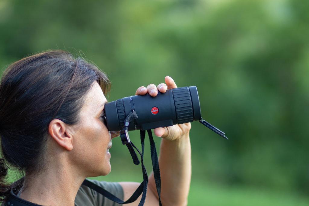 Il Visore termico Leica Calonox View. Le dita cadono naturalmente sui pulsanti di impostazione, che possono essere comunque sostituiti da quelli sullo schermo del proprio smartphone, usando la APP.