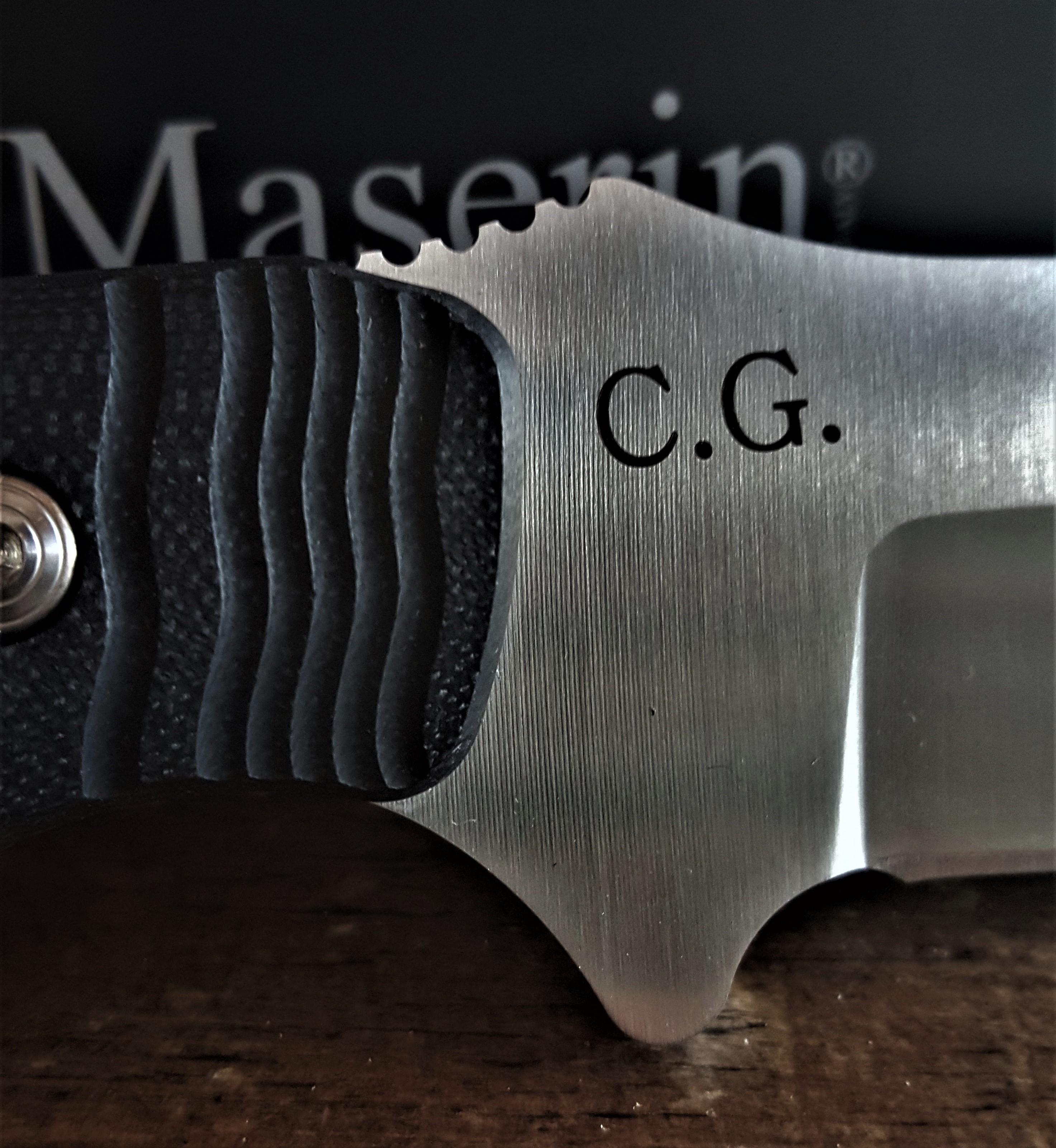Un coltello Maserin con l'incisione delle inziali del suo proprietario.